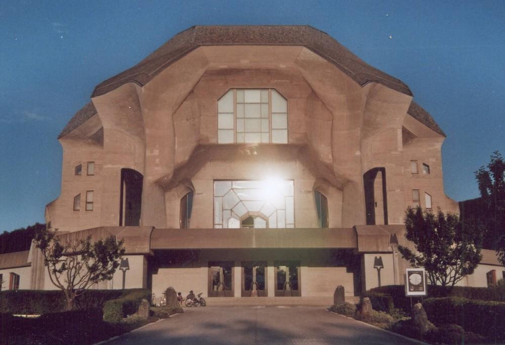 Goetheanum mit lärmender Dorfjugend