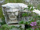 Götterkopf und Blumen