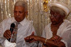 Goldene Hochzeit (4) - Braut und Bräutigam wiederholen öffentlich ihr Treuegelöbnis