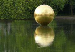 Goldene Kugel im Teich vor Schloß Benrath in Düsseldorf