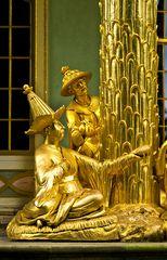 Goldene Langnasen im China-Outfit