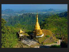 Goldene Stupas am Berg