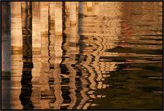 Goldene Wasserspiegelung