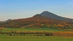 Goldener Herbst vor allem am Ostry, dahinter der Milleschauer (Milesovka)...