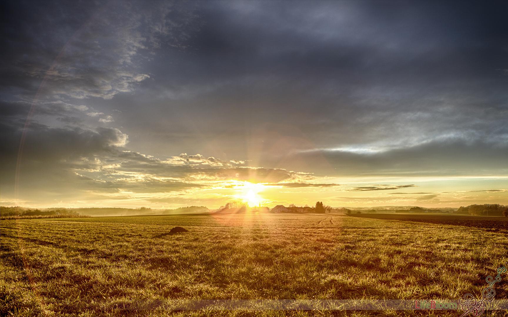 Goldener Sonnenuntergang nach heftigem Gewitter (HDR)