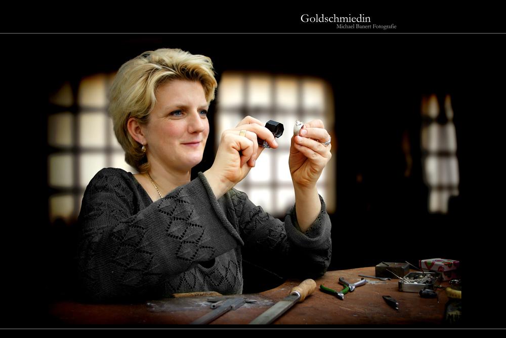 Goldschmiedin bei der Arbeit / Goldsmith at work