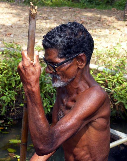 """Gondolero im """"indischen Spreewald"""" von Kerala"""