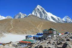 Gorak Shep (5180 m) mit Kala Pattar (5545 m) und Pumori (7161 m)