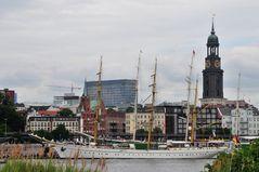 Gorch Fock vor der Überseebrücke in Hamburg