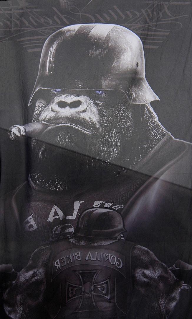 Gorilla mit Stahlhelm und Zigarre
