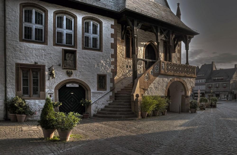 "Goslar -Altstadt-Mitte "" Südeingang des Rathauses am Frühenmorgen """