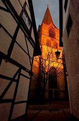 Gotische Kirche bei Sonnenuntergang