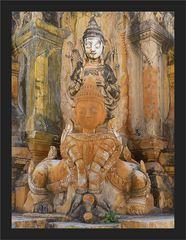 Gottheiten zwischen den Stupas