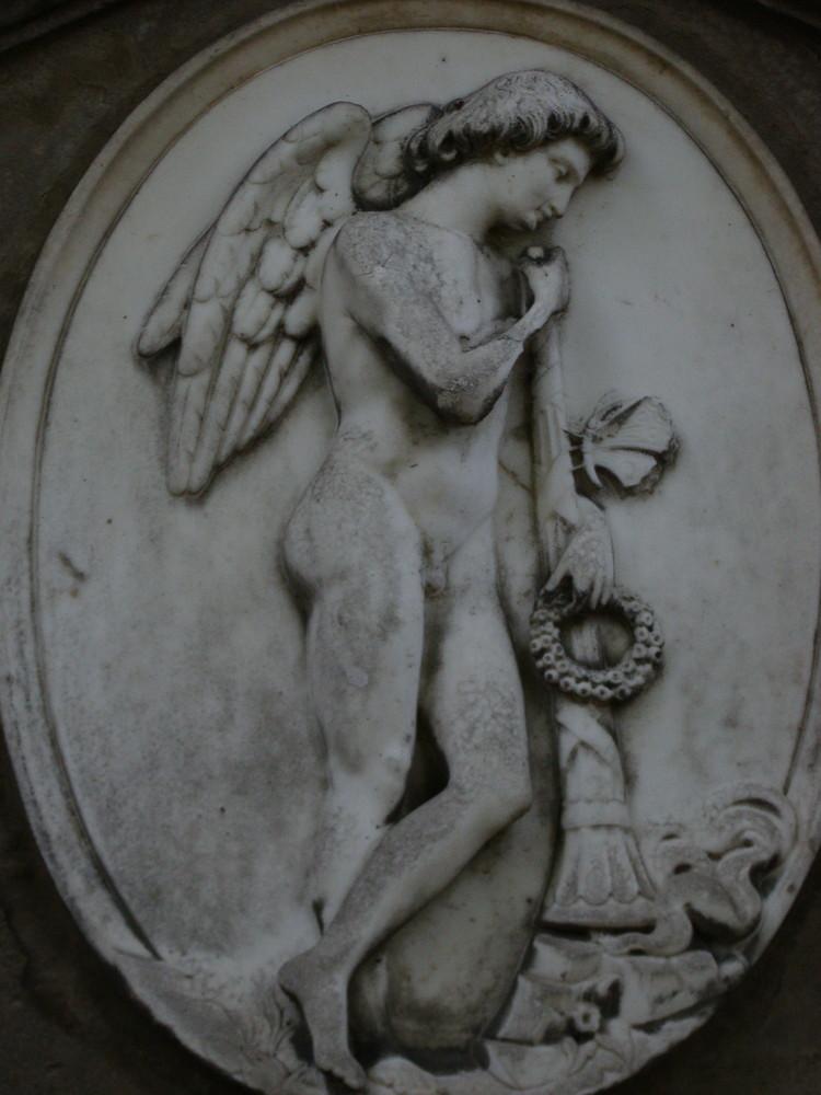 Grabengel mit erloschener Fackel, Siegeskranz und Schmetterling - dem Symbol des Lebens