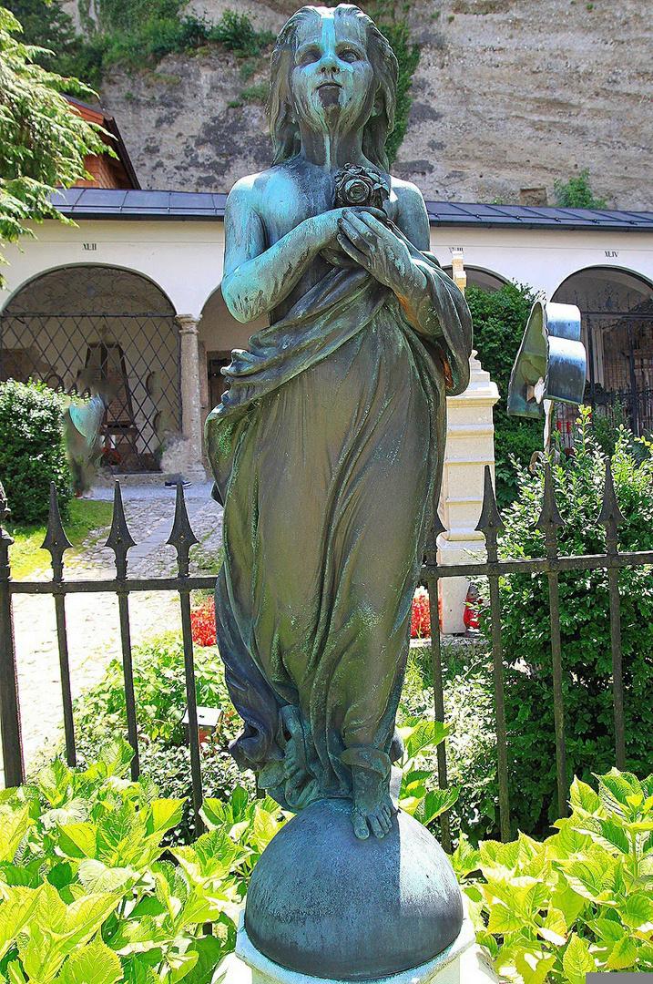 Grabmal auf Petersfriedhof