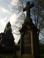 Grabstein und Kapelle