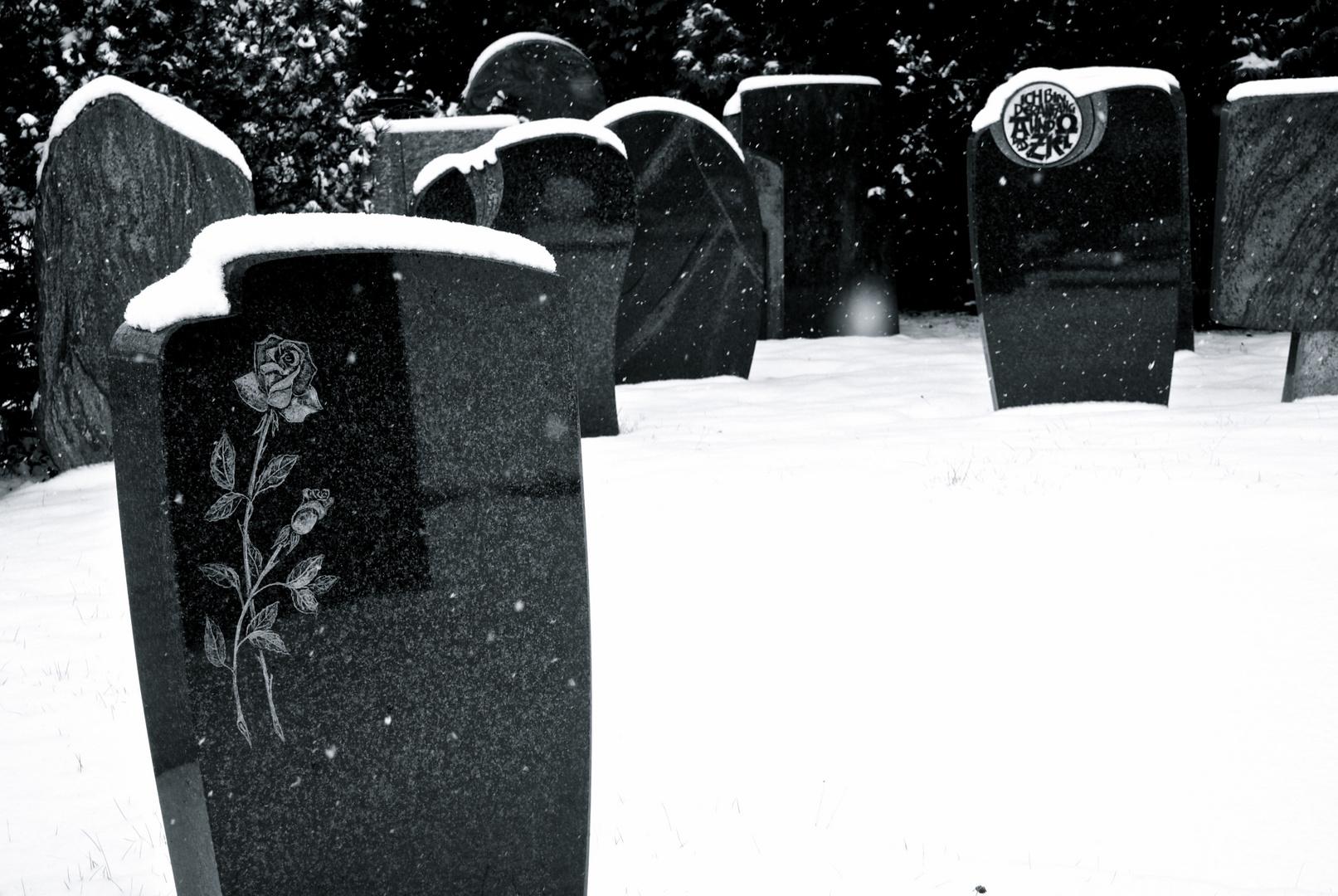 Grabsteine im Schneefall