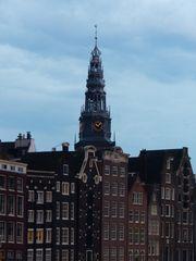 Grachtenhäuser mit Kirchenuhr