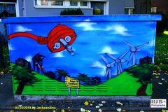 Graffiti auf einem Stromverteilerkasten an der Straße