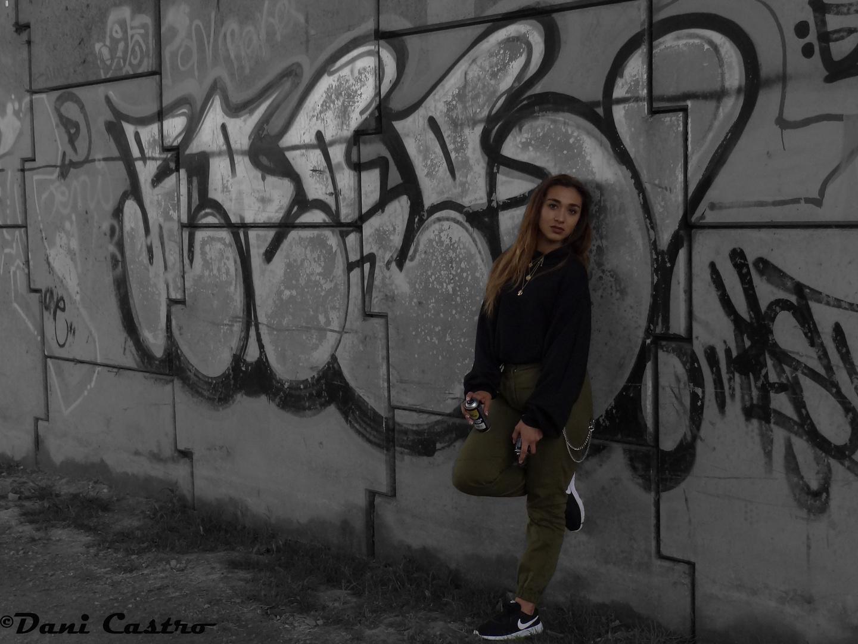 Graffiti Girl Rocio BN-Color-