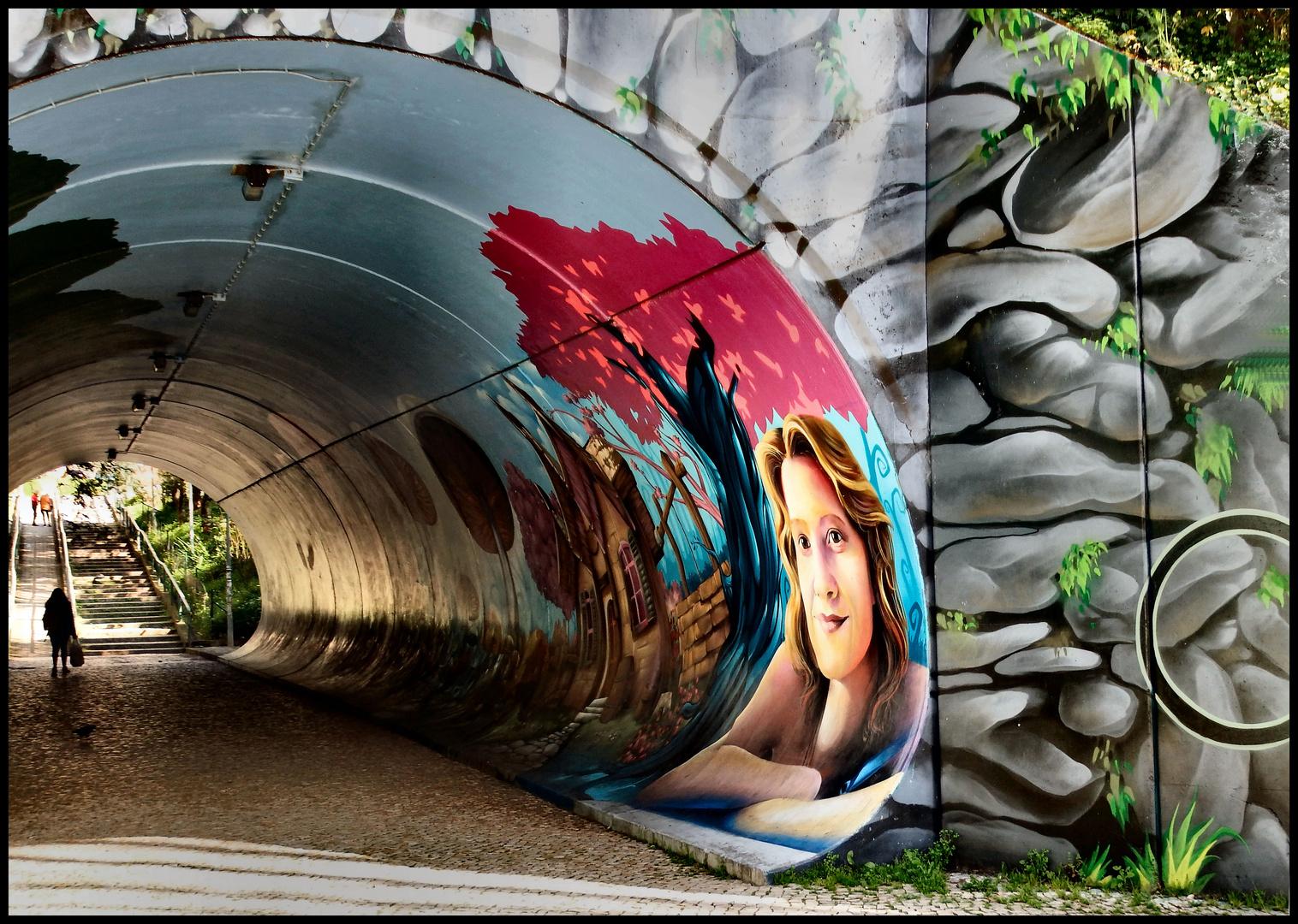 Graffiti sul muro del tunnel