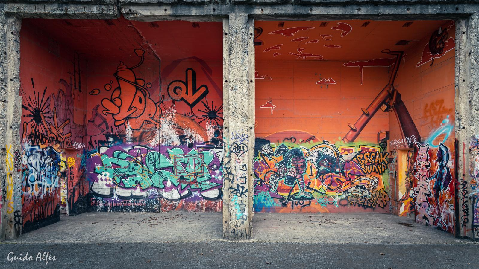 Graffitikunst überlagert von Graffitischmiererei