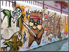 Grafitti sul muro di scuola .