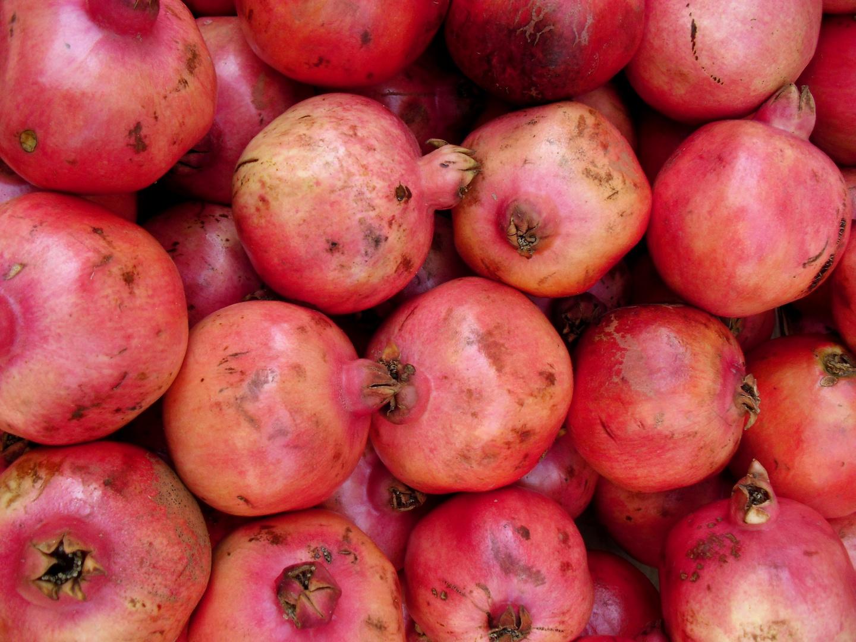 Granatäpfel auf einem Markt in Tel Aviv