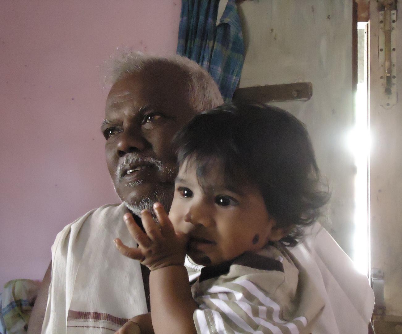Grand père et petit fils aux yeux de braise