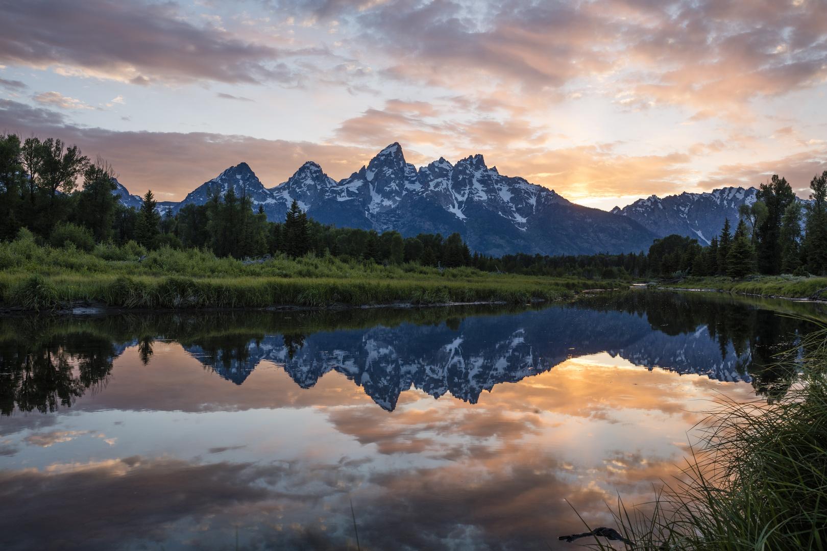 """Grand Teton Bergkette im Spiegelbild beimSonnenuntergang """"Schwabacher's Landing"""""""