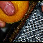 ... Grattuggiare la scorza di limone ...