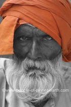 Grimmig schauender Inder
