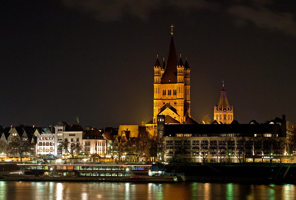 Groß St. Martin bei Nacht vom rechten Rheinufer aus gesehen