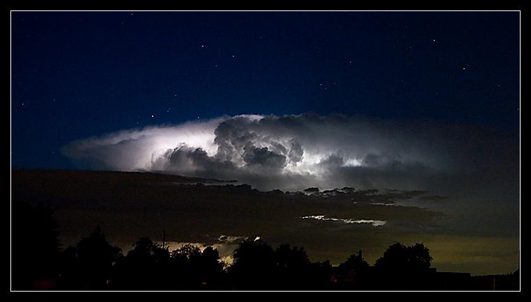 große leuchtende Gewitterwolke