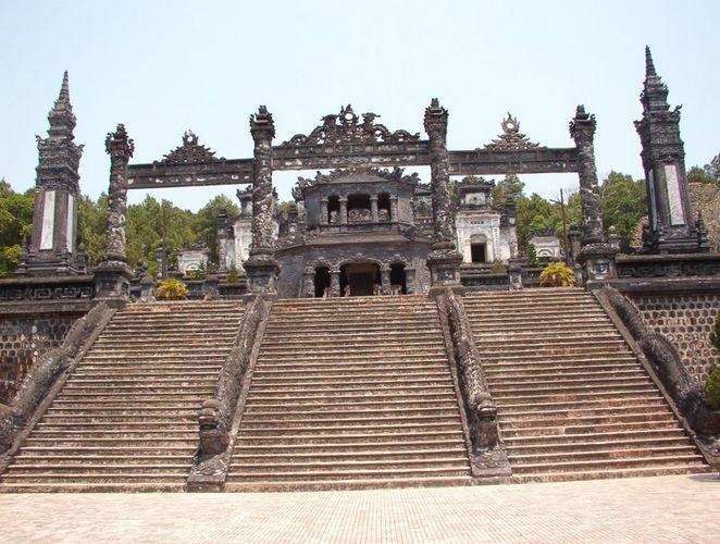Große Treppe zum Kaiser Dinh Mausoleum