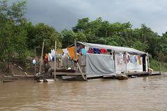 grosse Wäsche auf einem schwimmenden Baumhaus auf dem Amazonas