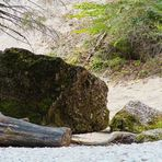 Großer Stein am weißen Steinufer