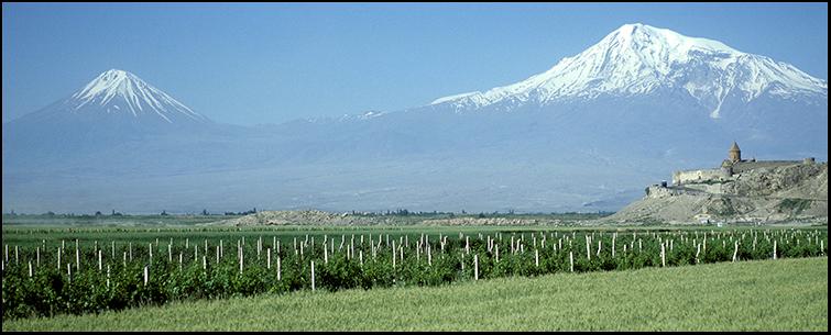 Großer und kleiner Ararat mit Kloster Chor Wirap (Armenien)