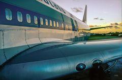 Großes Flugzeug auf kleiner Insel