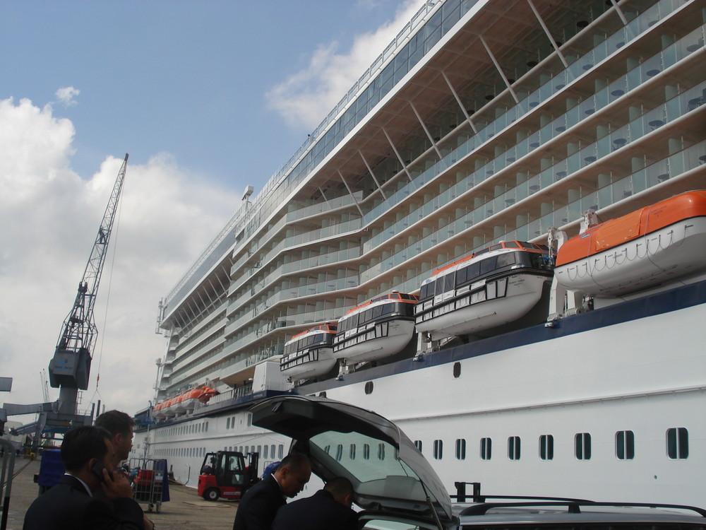 Grosses Schiff mit kleinen Schiffen...