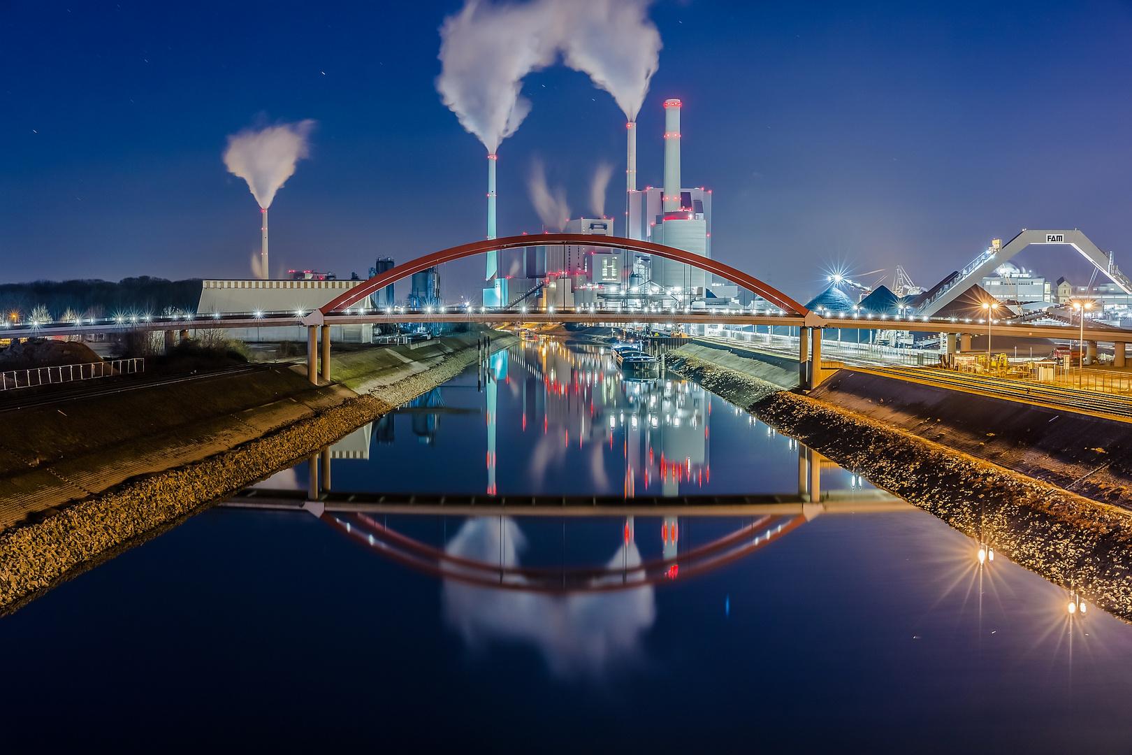 Großkraftwerk Mannheim in kalter Winternacht