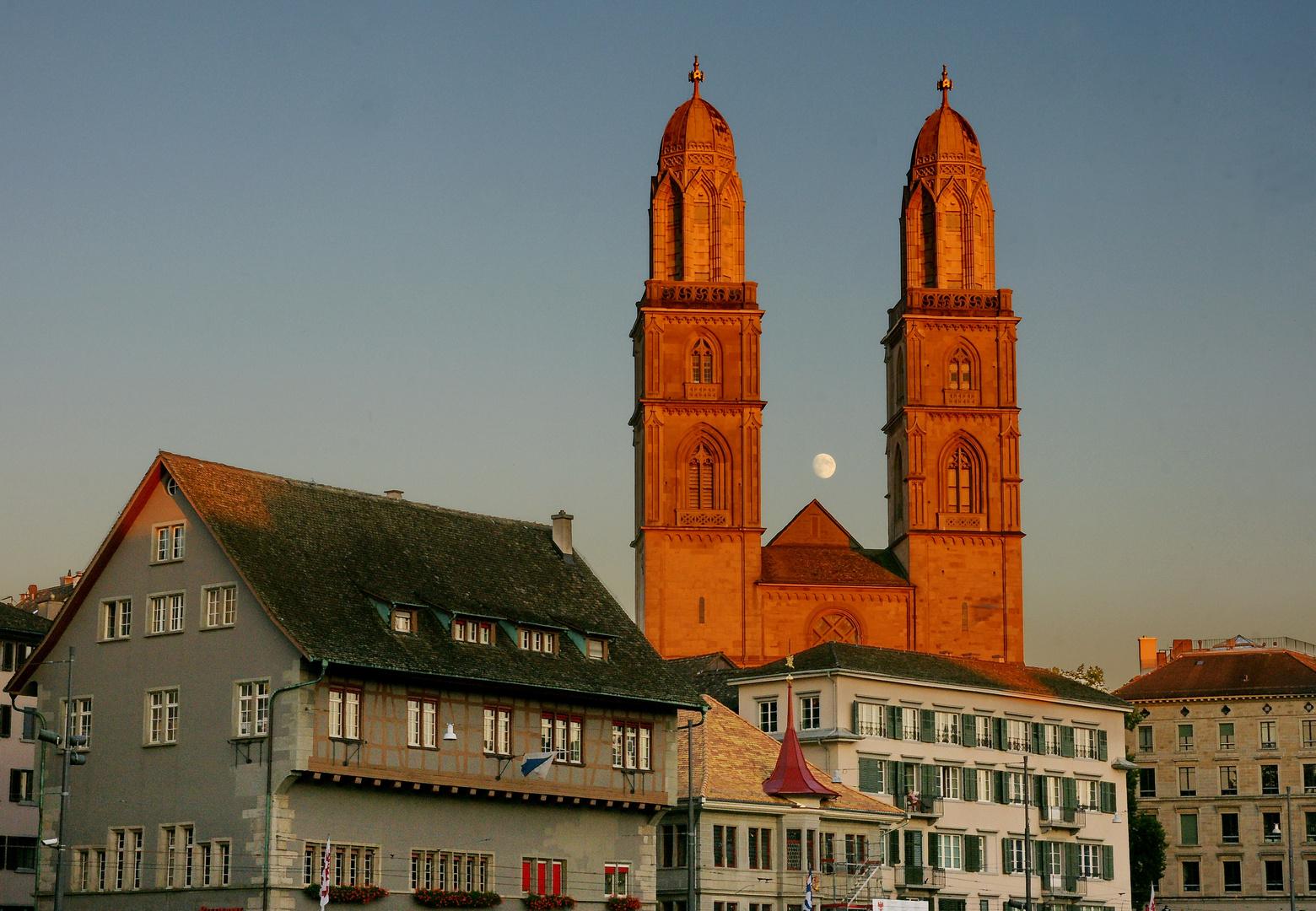 Grossmünster Zürich mit Mond