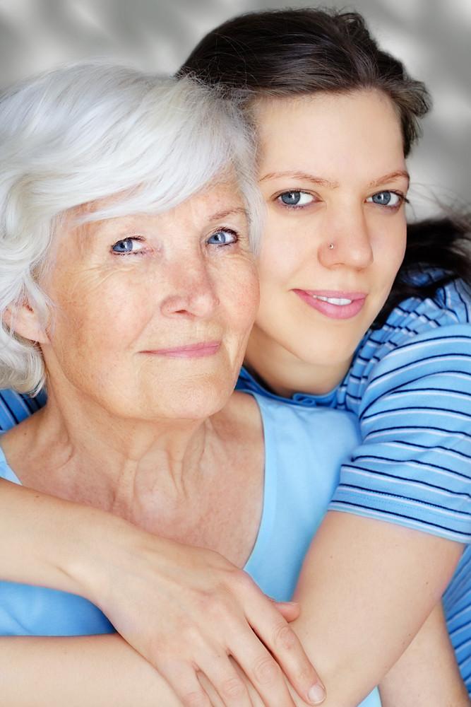 Großmutter und Enkelin als Sexpuppen benutzt