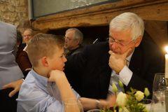 Grossvater und Enkel im Gespräch miteinander
