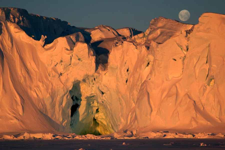 grotte dans le continent Antarctique sur fond de lune