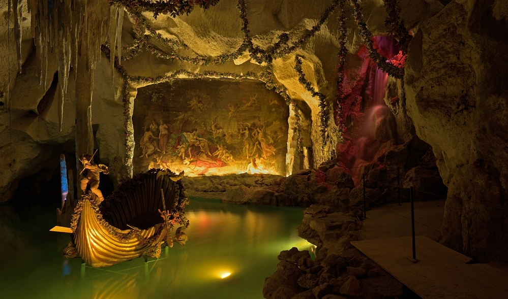 Grotte mit Wasserfall im Schloss Linderhof. König Ludwig ...