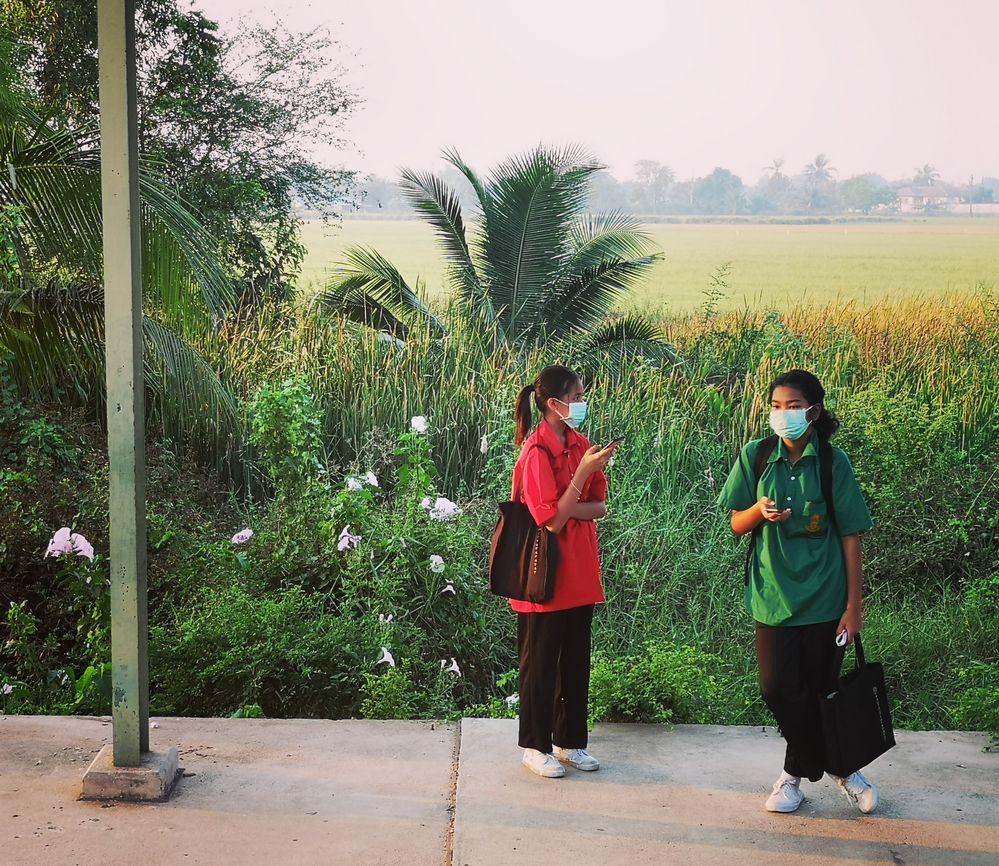 GRUEN und ROT - 2 Frauen warten Bhf Thai P20-20-col