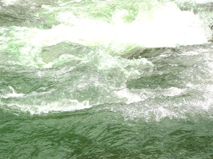 Grünes, kaltes Wasser