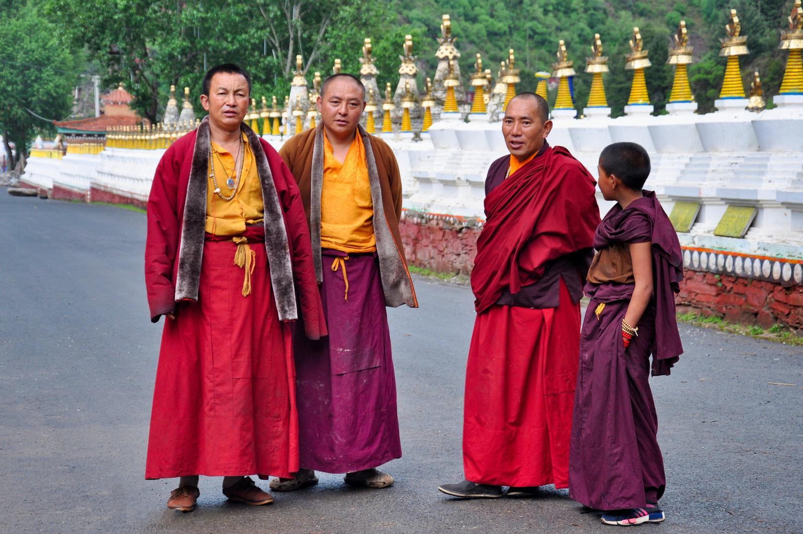Gruppenbild mit jungem Mönch