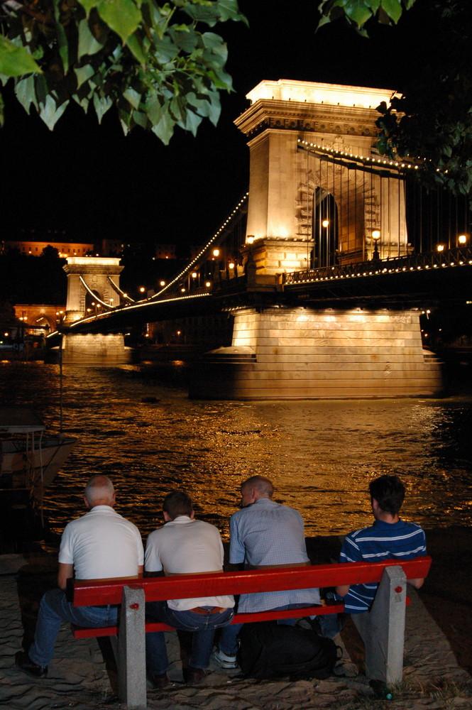 Guardando il Ponte delle Catene